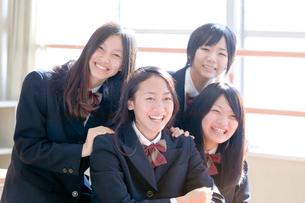 教室の中の4人の女子高校生の写真素材 [FYI01594714]