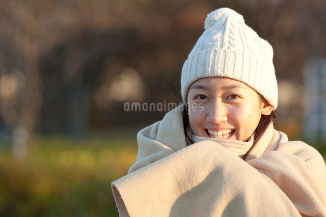 ストールを巻いたニット帽の女性の写真素材 [FYI01594861]