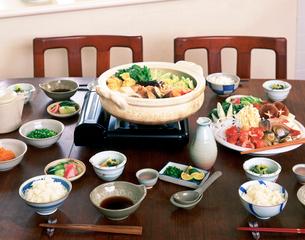 食卓に用意された寄せ鍋の写真素材 [FYI01594881]