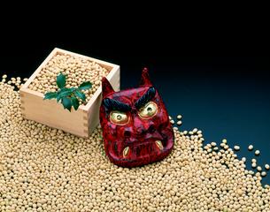 節分イメージ 鬼の面と豆の写真素材 [FYI01594955]