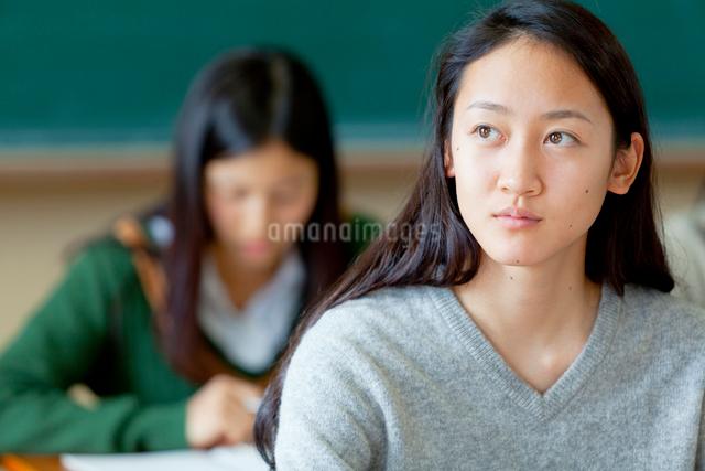 授業を受ける女子学生の写真素材 [FYI01594958]