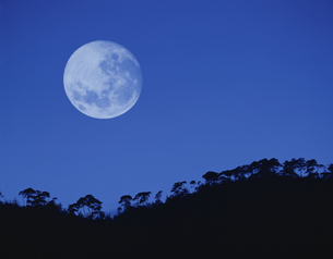 小倉山と月 の写真素材 [FYI01595397]
