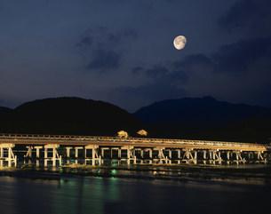 小倉山と渡月橋ライトアップの写真素材 [FYI01595425]