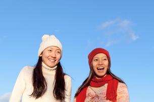 ニット帽をかぶった二人の女性の写真素材 [FYI01595428]