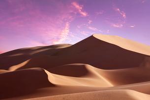 砂漠の夕焼けCGの写真素材 [FYI01595436]