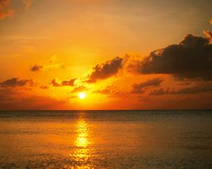 海に沈む夕日 の写真素材 [FYI01595484]