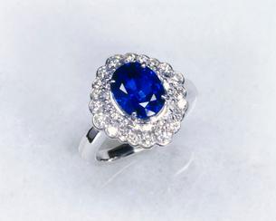 サファイアの指輪の写真素材 [FYI01595486]