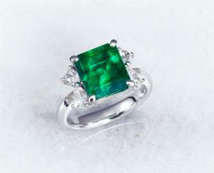エメラルドの指輪の写真素材 [FYI01595509]