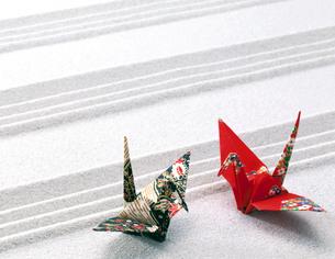 砂の直線と折鶴の写真素材 [FYI01595551]