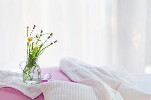 ベッドの上のお花の写真素材 [FYI01595678]