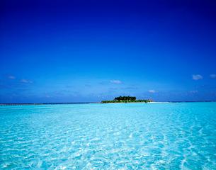 海に浮かぶ島 の写真素材 [FYI01595712]
