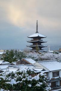 雪の八坂ノ塔の写真素材 [FYI01595733]