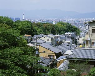 清水茶わん坂と京都タワーの写真素材 [FYI01595827]