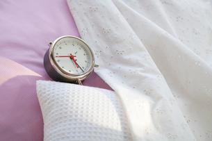 ベッドの上の目覚まし時計の写真素材 [FYI01595864]