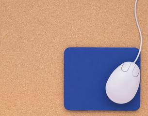 青いマウスパッドとマウスの写真素材 [FYI01595914]