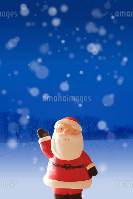 雪原で右手を挙げるサンタクロースの写真素材 [FYI01595966]