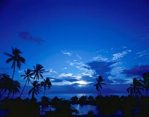 夕日とモーレア島と水上コテージの写真素材 [FYI01596077]