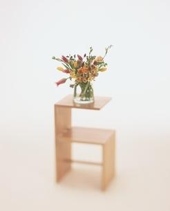 ミニテーブルの上に置かれた花瓶の写真素材 [FYI01596100]