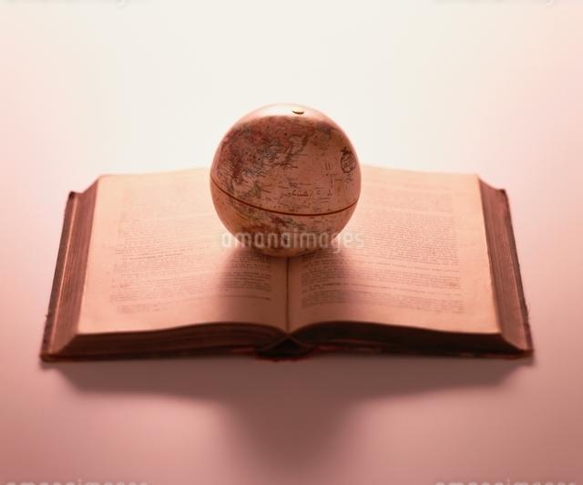 開いた本の上に地球儀の写真素材 [FYI01596201]