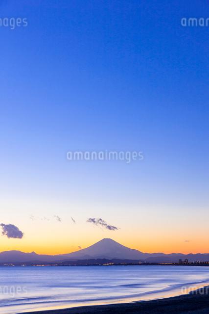 湘南の海と富士山の夕景の写真素材 [FYI01596752]