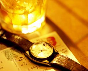 オンザロックと腕時計の写真素材 [FYI01596864]