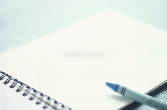 スケッチブックとクレヨンの写真素材 [FYI01597178]