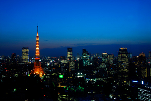 東京タワーと都心のビル群の夕暮れの写真素材 [FYI01597229]