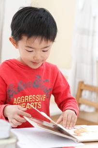 絵本をめくる男の子の写真素材 [FYI01597320]