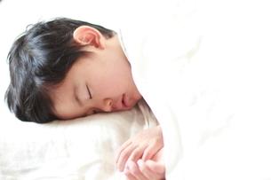 男の子の寝顔の写真素材 [FYI01597326]