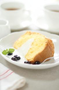 シフォンケーキとコーヒーカップの写真素材 [FYI01597386]