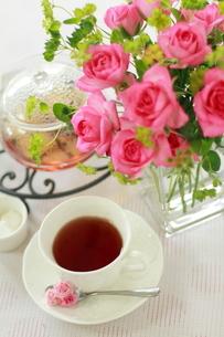 バラとティーポットと紅茶のカップの写真素材 [FYI01597463]