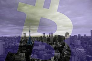 東京タワー,ビットコインロゴマークの合成の写真素材 [FYI01597532]