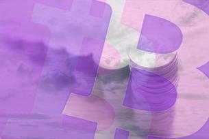 空と雲の背景に積み重ねた硬貨,ビットコインロゴマークの合成の写真素材 [FYI01597678]
