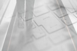 ビジネスマンの足元、パソコンの合成の写真素材 [FYI01597690]