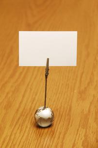 メモクリップに挟んだ白いカードの写真素材 [FYI01597717]