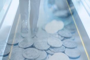 ビジネスマンの足元、硬貨の合成の写真素材 [FYI01597859]