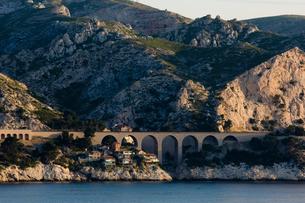 海岸沿いのローカル線の陸橋の写真素材 [FYI01597904]