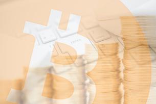 キーボードとマウス,積み重ねた硬貨,ビットコインロゴマークの合成の写真素材 [FYI01597929]