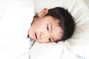 病気で寝ている子供と薬の袋の写真素材 [FYI01598007]