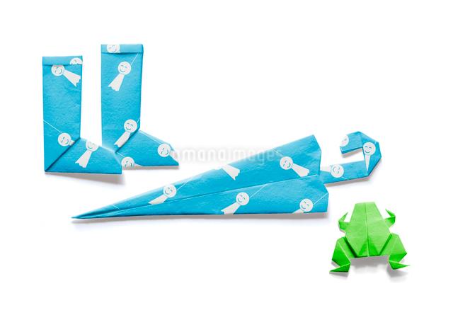 てるてる坊主の模様が付いた長靴と傘と蛙の折り紙の写真素材 [FYI01598150]