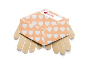 ハートの模様が付いた贈答品と手の折り紙の写真素材 [FYI01598154]