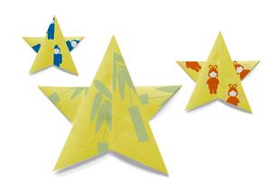 織姫と彦星と七夕飾りの模様が付いた星の折り紙の写真素材 [FYI01598207]