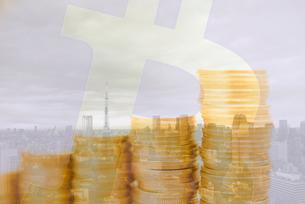 東京タワーと積み重ねた硬貨,ビットコインロゴマークの合成の写真素材 [FYI01598314]
