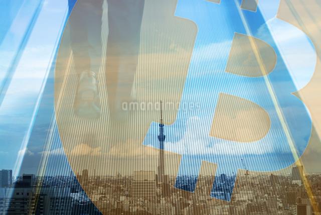 ビジネスマンの足元とスカイツリー,ビットコインロゴマークの合成の写真素材 [FYI01598338]