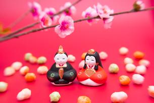 雛人形と桃の花,ひなあられの写真素材 [FYI01598415]
