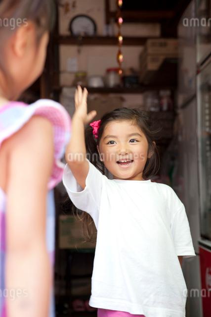 じゃんけんをする女の子の写真素材 [FYI01598462]