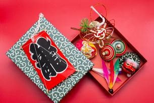 凧と箱に入った水引の鶴,お手玉,独楽,羽根,獅子舞のフィギュアの写真素材 [FYI01598478]