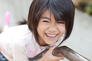 階段の手すりで遊ぶ女の子の写真素材 [FYI01598504]