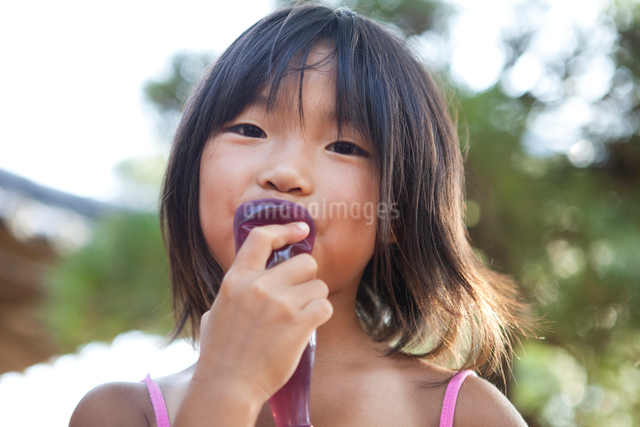 ジュースを飲む女の子の写真素材 [FYI01598547]