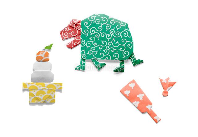 獅子舞と鏡餅と羽子板の折り紙の写真素材 [FYI01598548]
